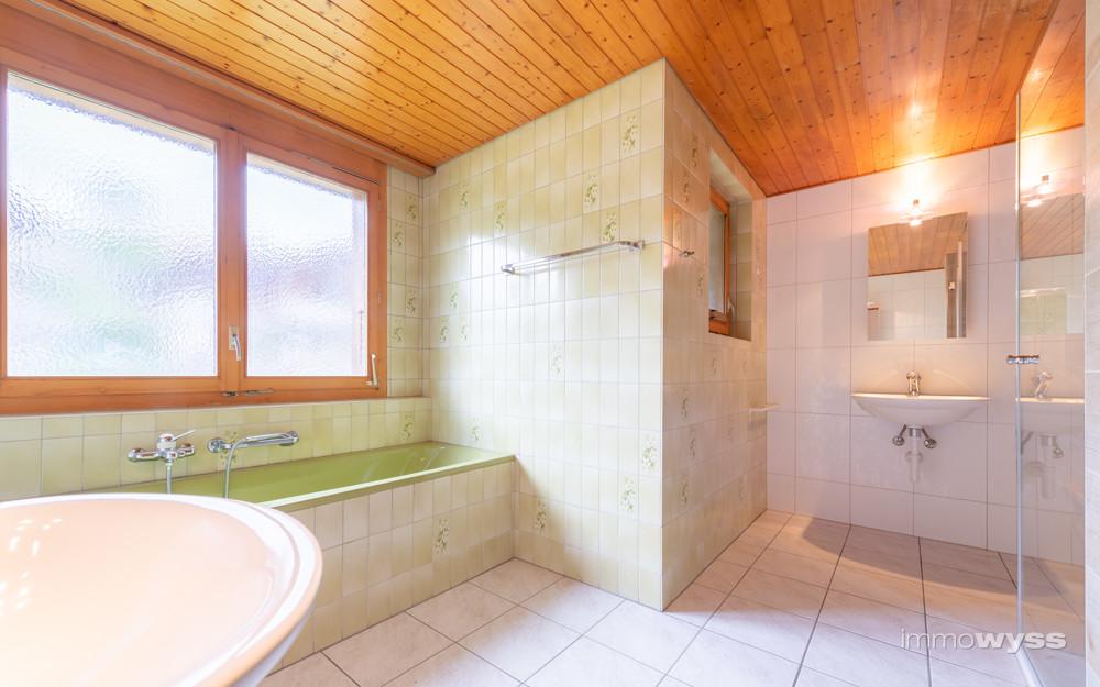 Badezimmer mit Dusch und Badewanne