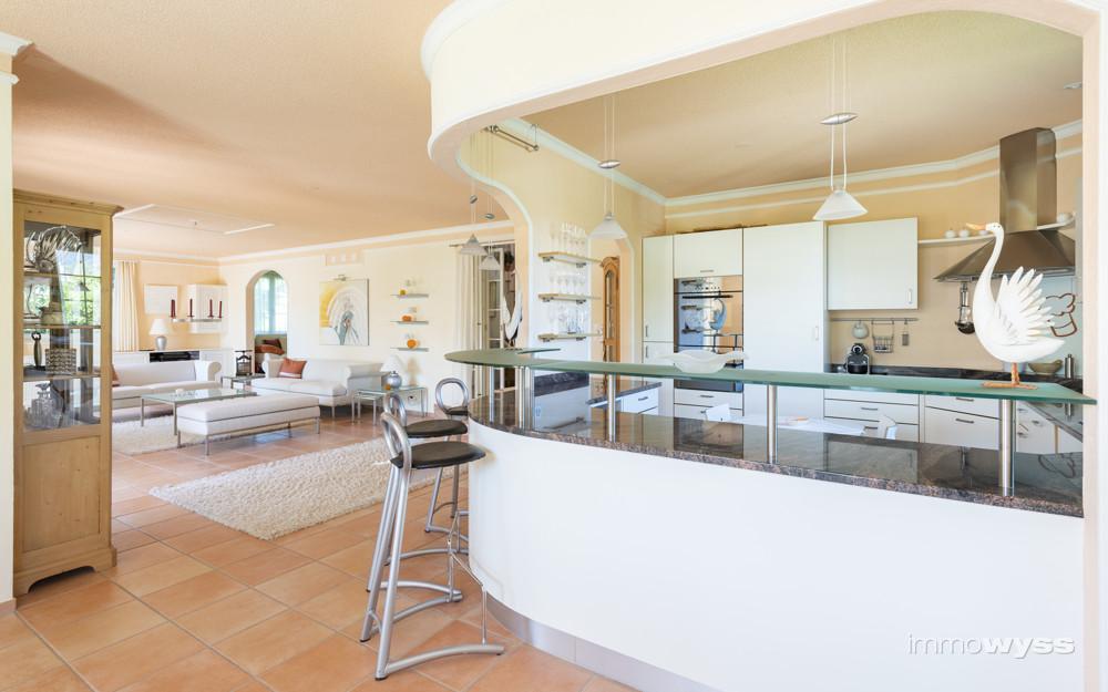 Blick zur halboffenen Küche mit Bar