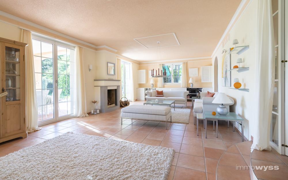 Grosszügiges Wohnzimmer mit Cheminée