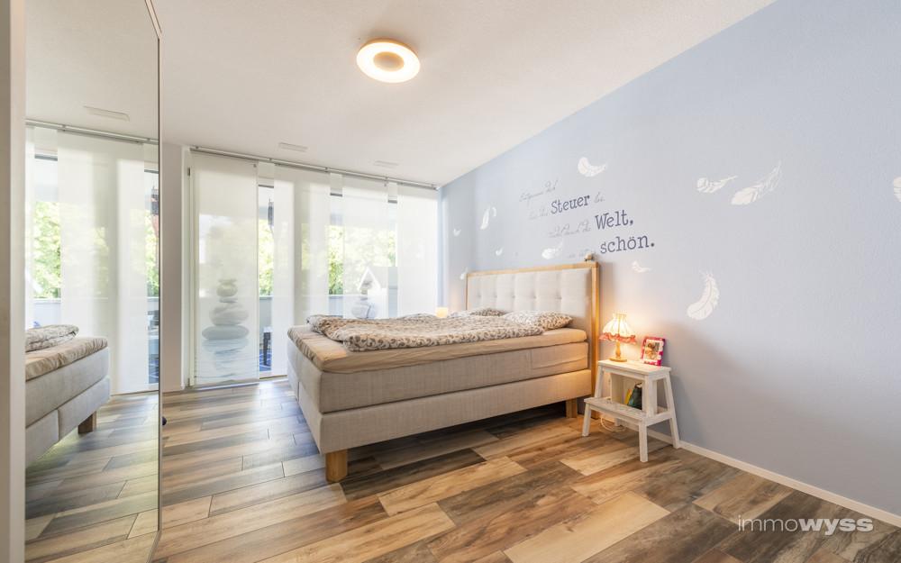 Schlafzimmer mit Zugang auf Balkon