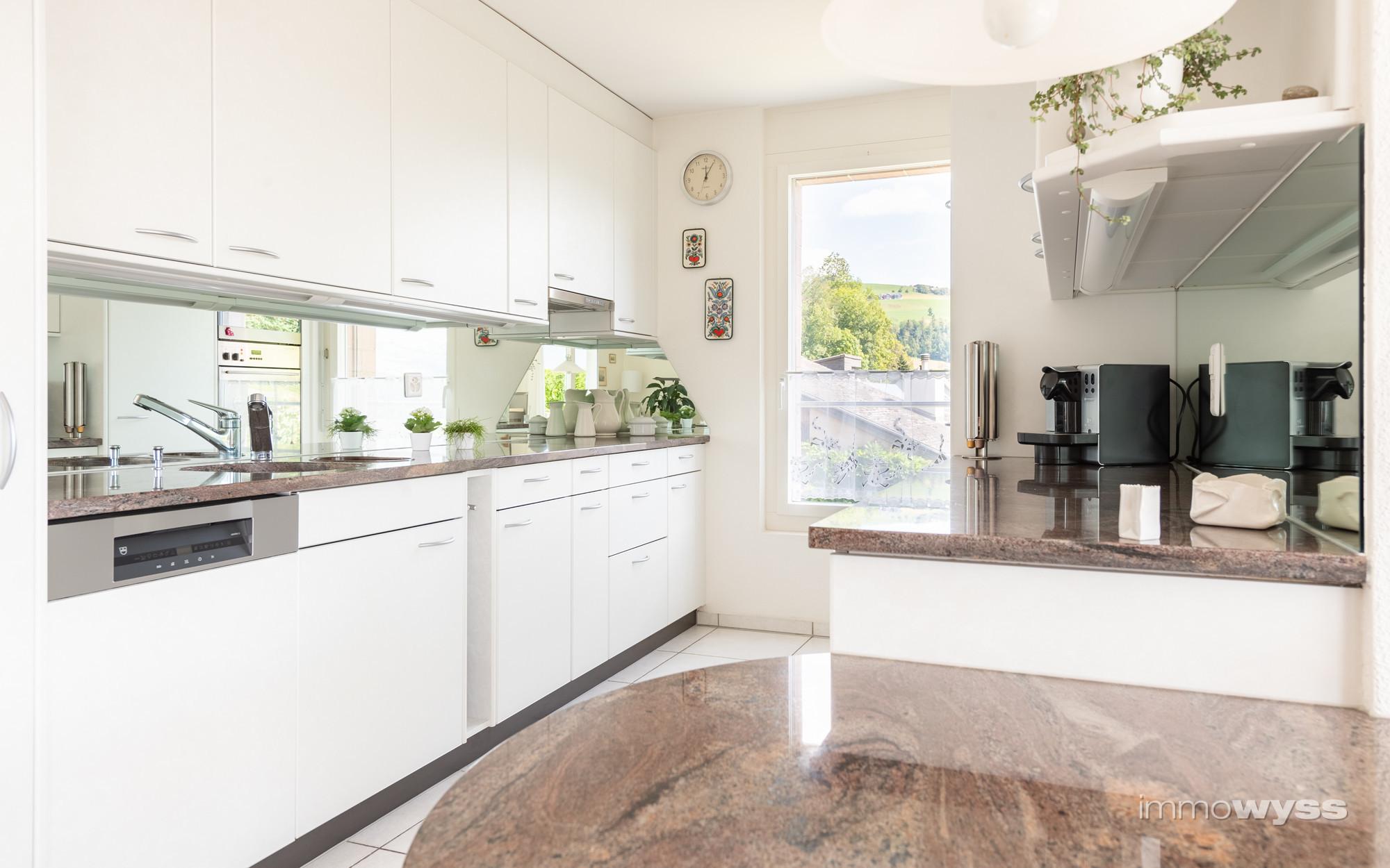 Komfortable Küche mit integriertem Esstisch