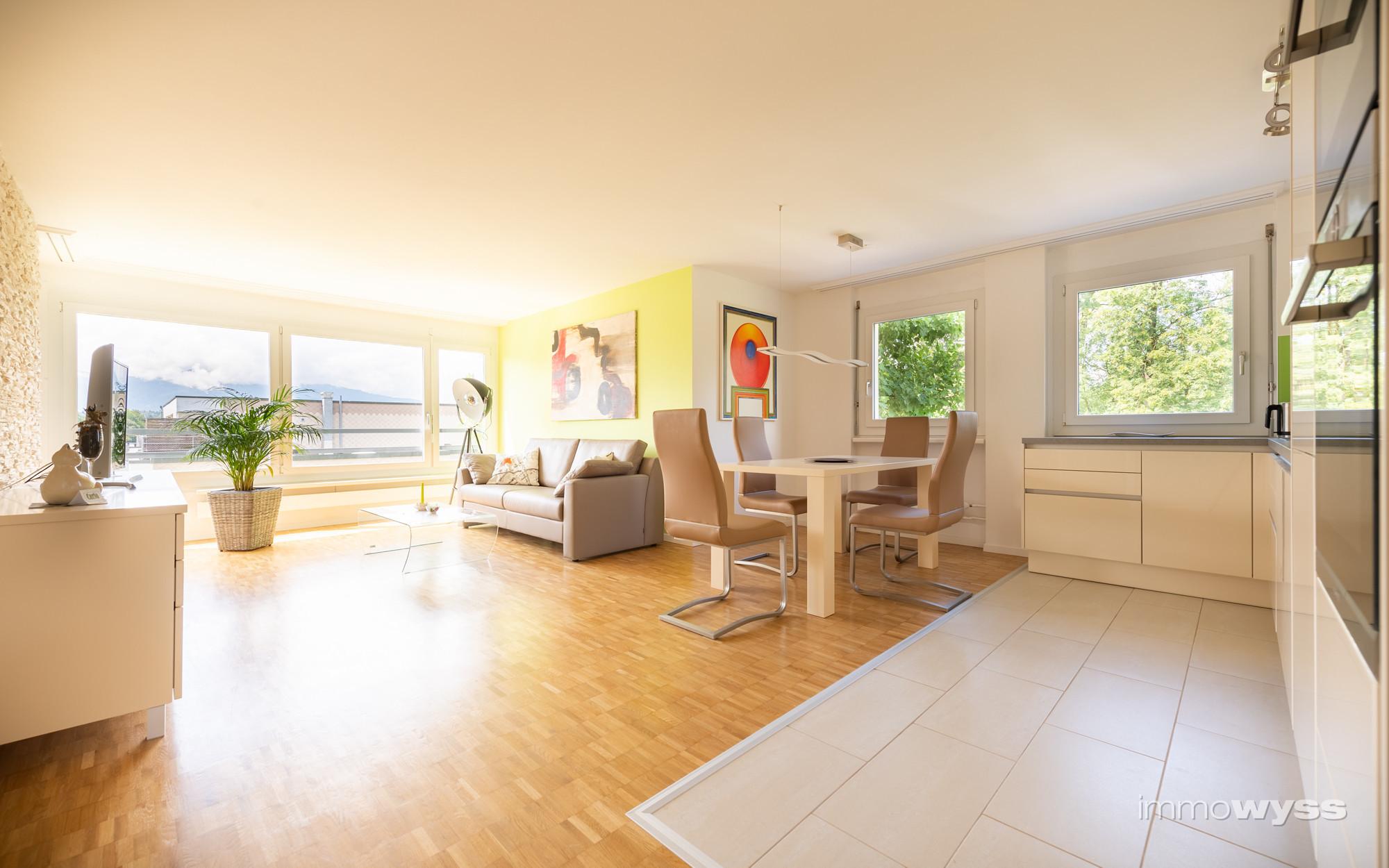 Blick von der Küche Richtung Wohnzimmer bis zur Gantrischkette