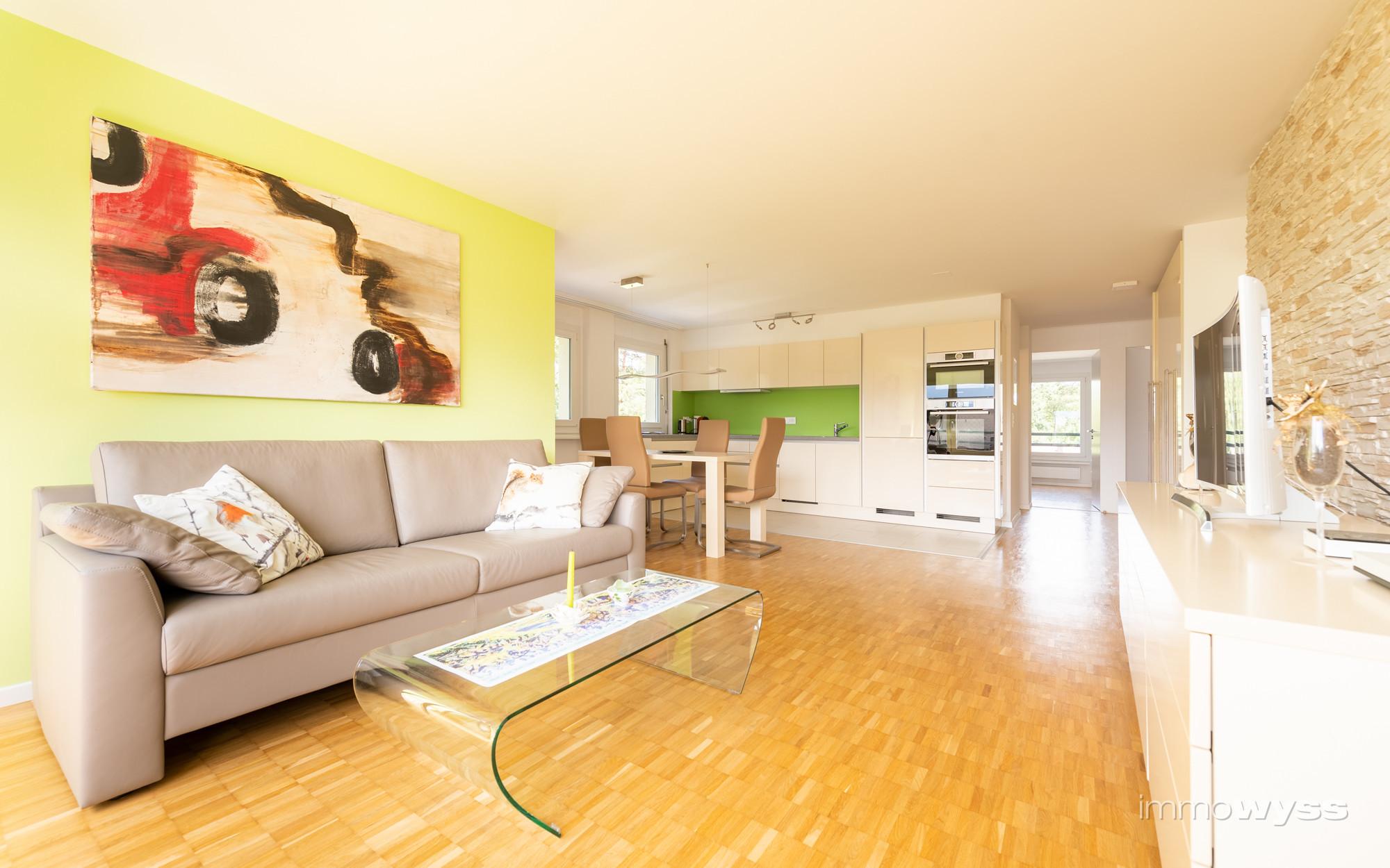 Wohnzimmer mit angrenzender Küche