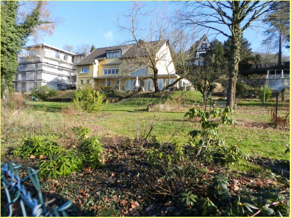 Grundstück mit Nachbarbebauung