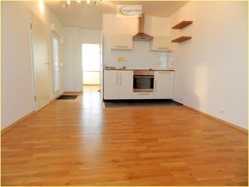 Wohnzimmer mit offener Einbauküche
