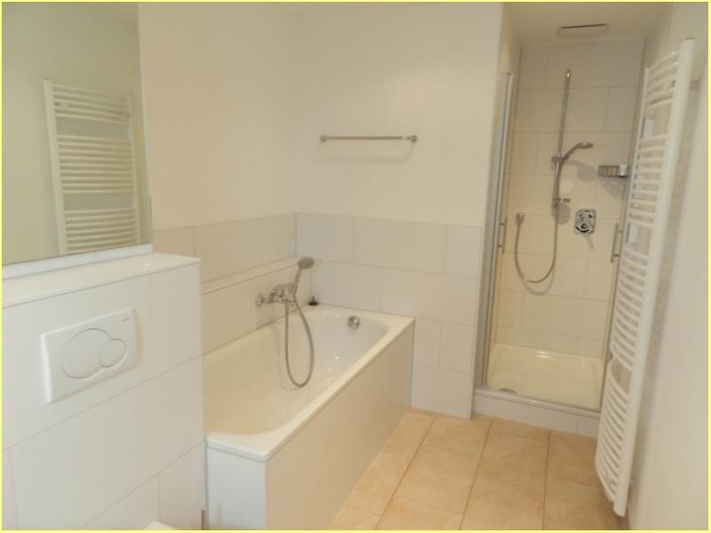 Badezimmer mit Wanne und Dusche 1.OG