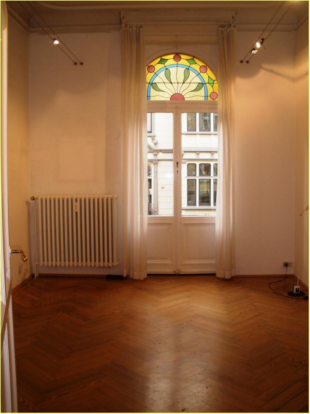 Raum mit kleinem Balkon