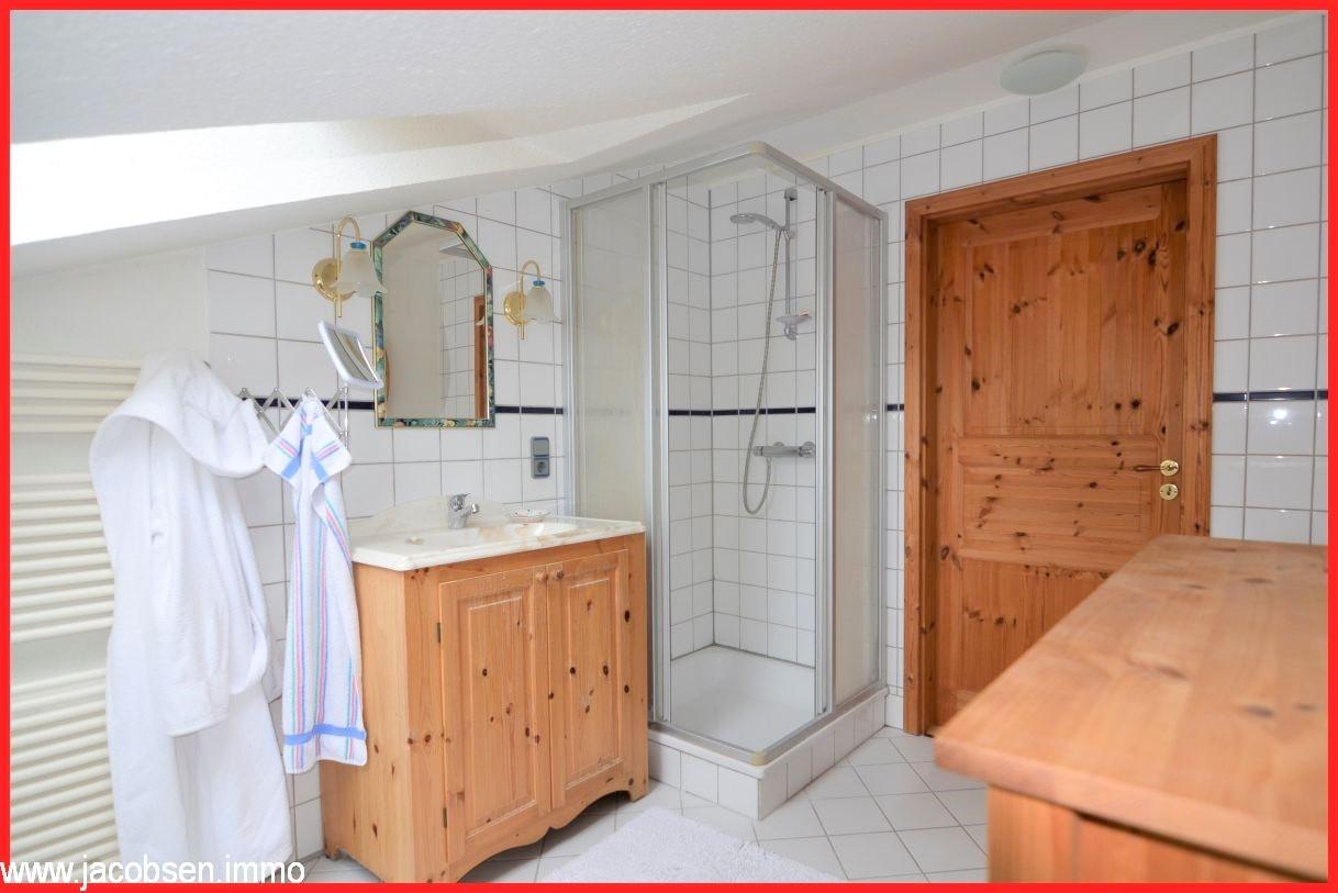 Badezimmer im Dachgeschoss im Anbau