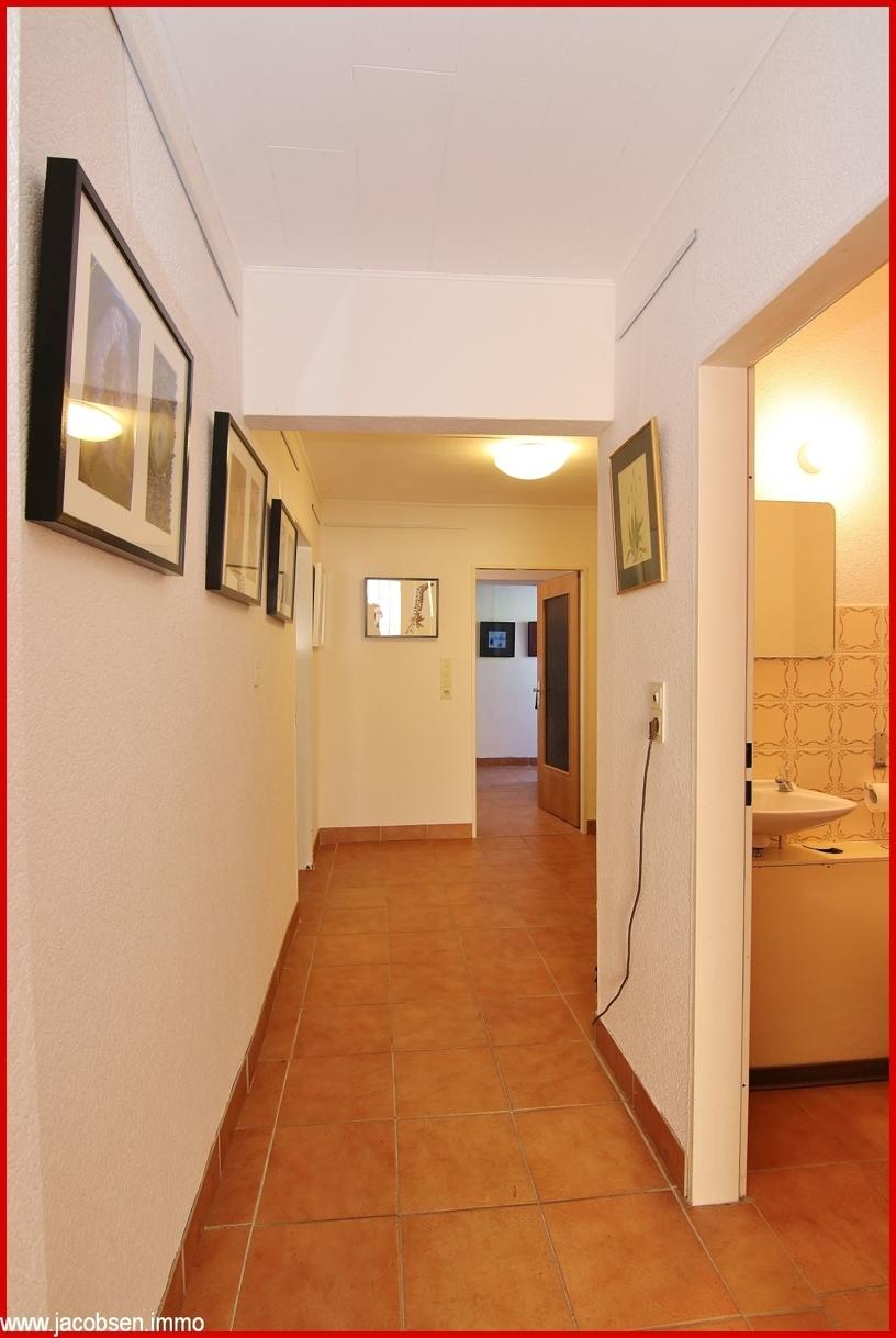 Hausflur mit Blick ins Gäste-WC Erdgeschoss