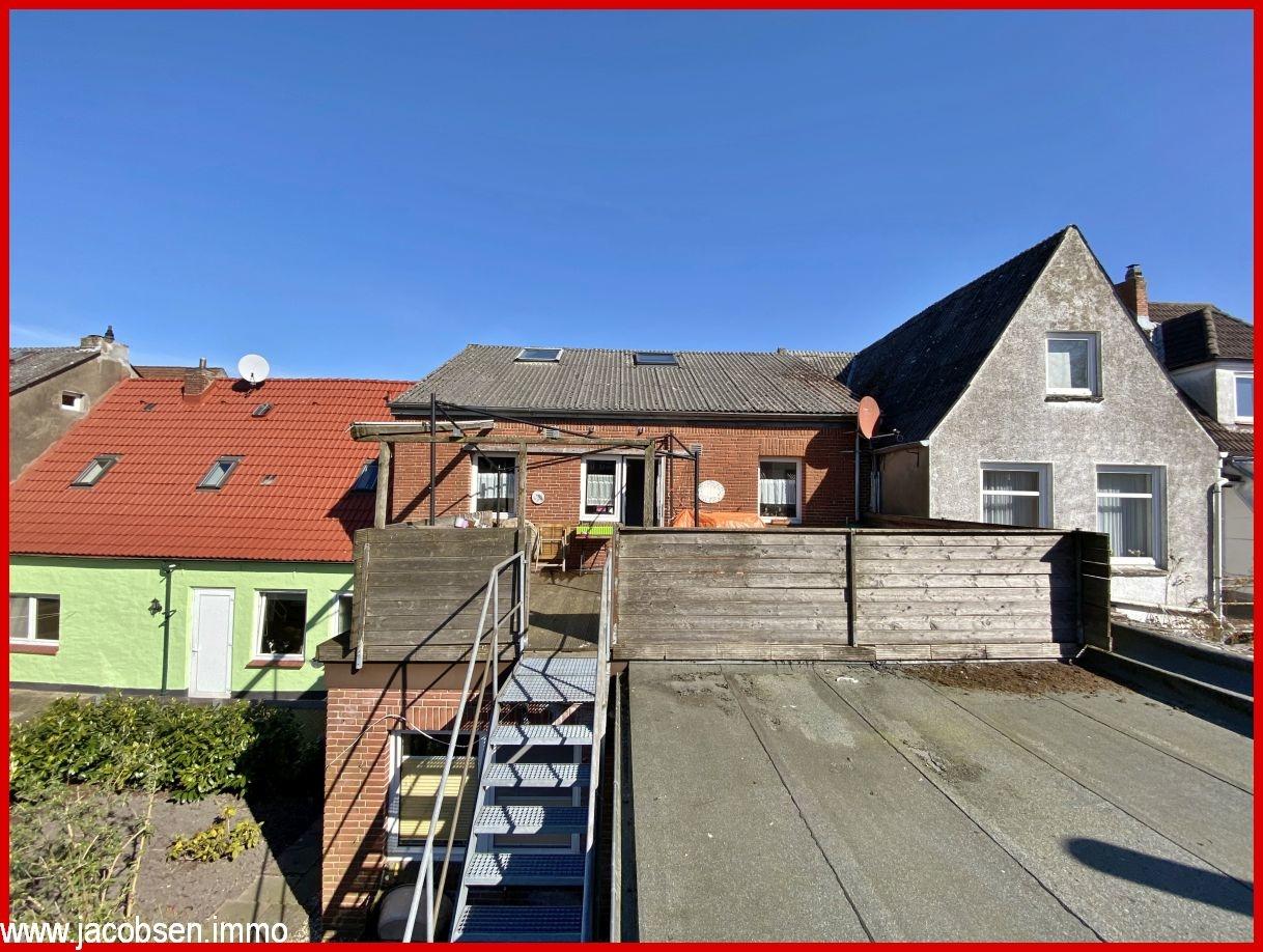Dachterrasse mit Treppe zum Garten
