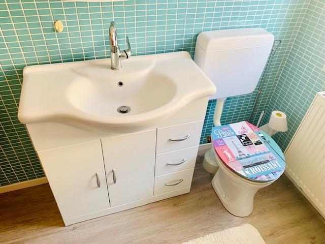Bad - Waschbecken und WC