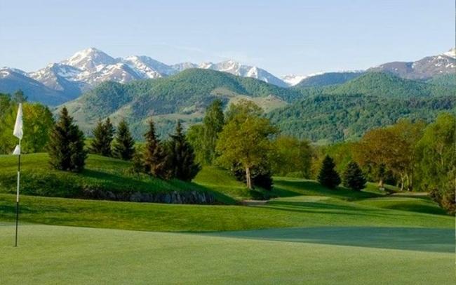 Golfplatz mit Blick auf die Skiregion