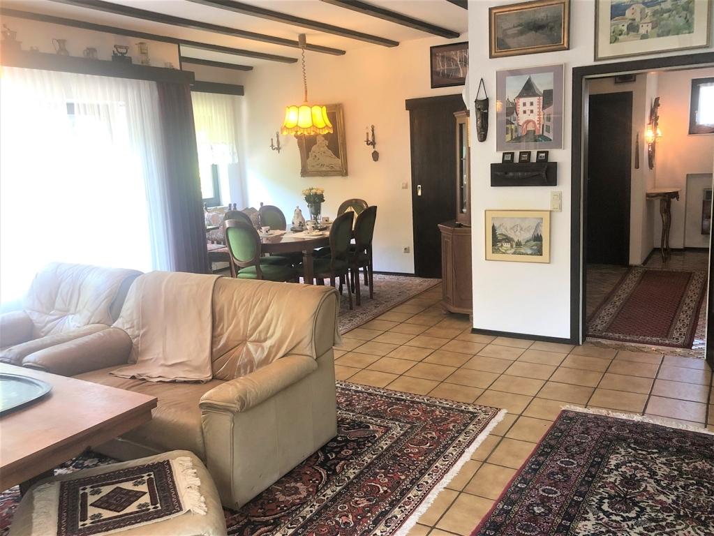 Blick vom Wohnzimmer in Essecke und Eingangsbereich