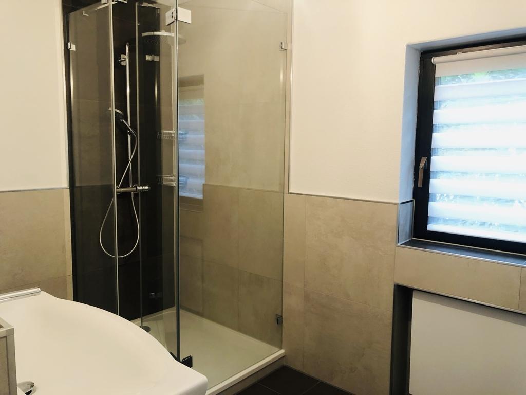 Tageslichtbad Dusche und Badewanne