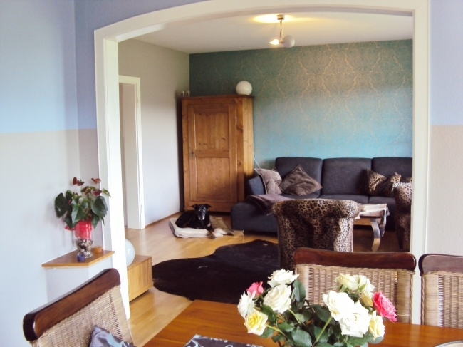 Essecke mit Blick ins Wohnzimmer