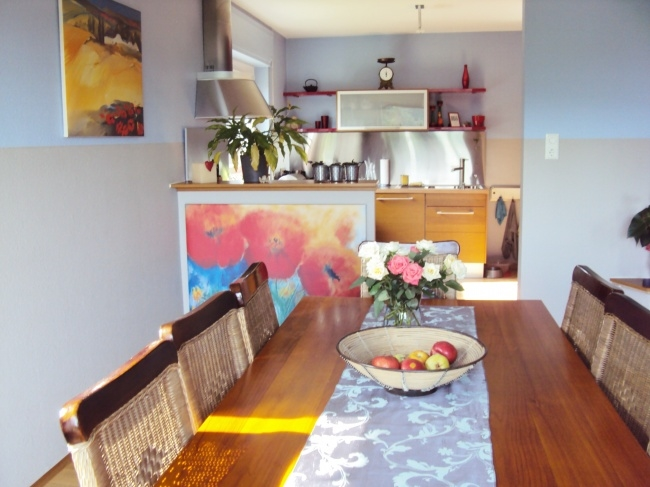 Essecke mit Blick in die Küche