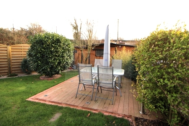 Terrasse und Gartenhaus