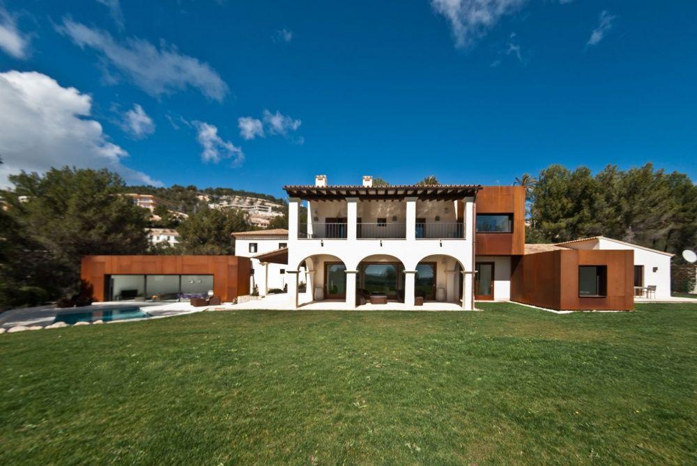 Front view of the villa in Son Vida