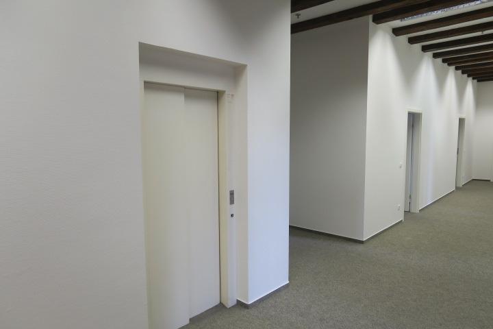 0549-Beispiel interner FAhrstuhl rechte Gebäudehälfte