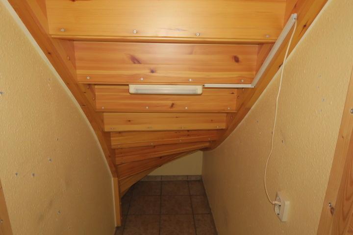 3276-Abstellfläche unter der Treppe