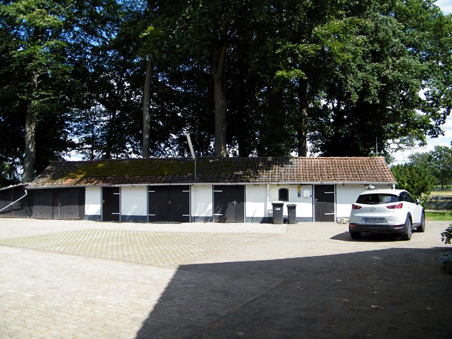 Garagen links vom Hof