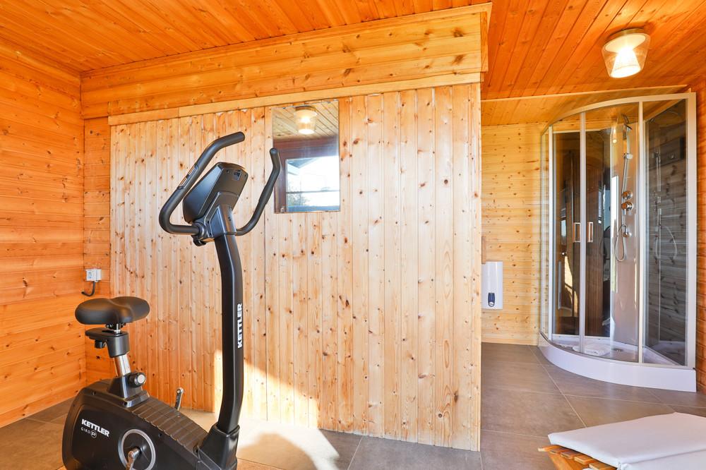 Fitnessraum im separaten Gartenhaus