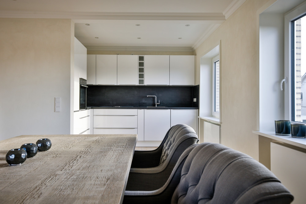 Blick vom Esstisch in die Küchenzeile