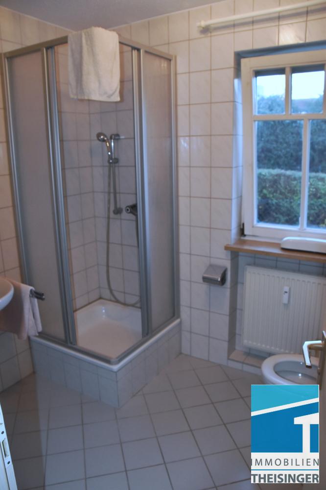 Duschbad mit Fenster.