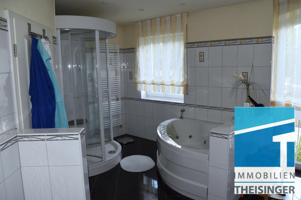 Geräumiges Badezimmer mit Wanne, Dampfdusche, 2 Waschtische und WC