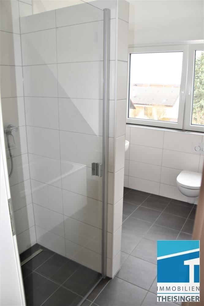 Badezimmer mit Dusche u. Wanne sowie Fenster