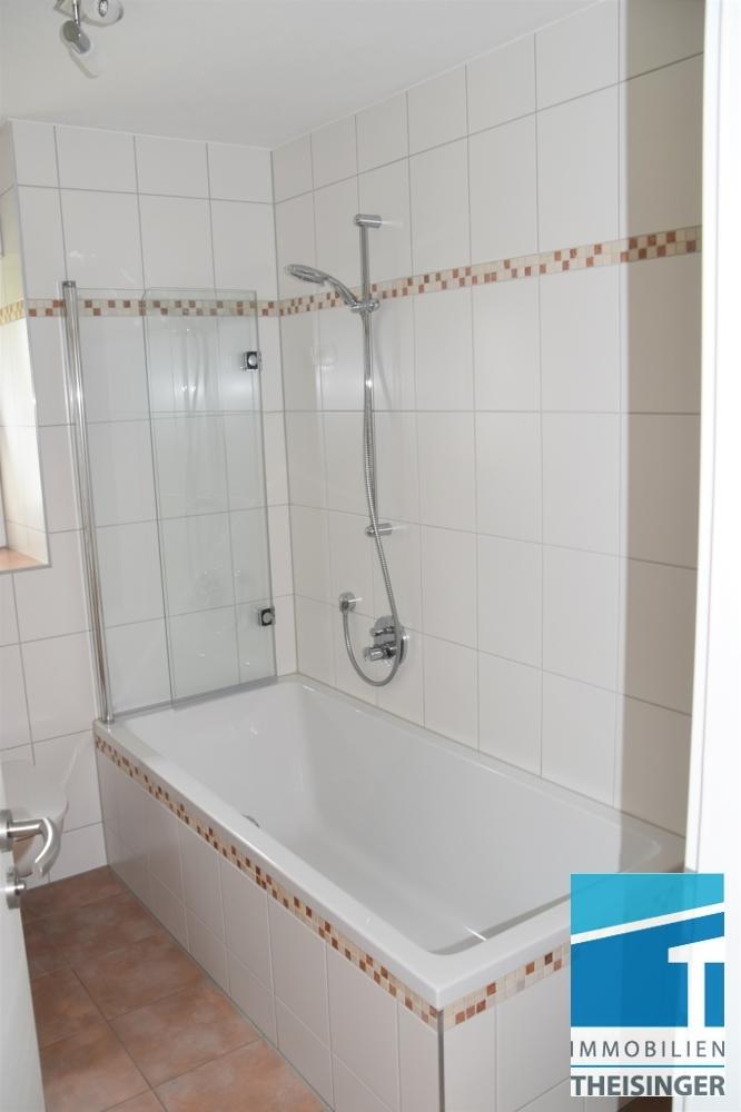 Bad mit Wanne, WC und Fenster