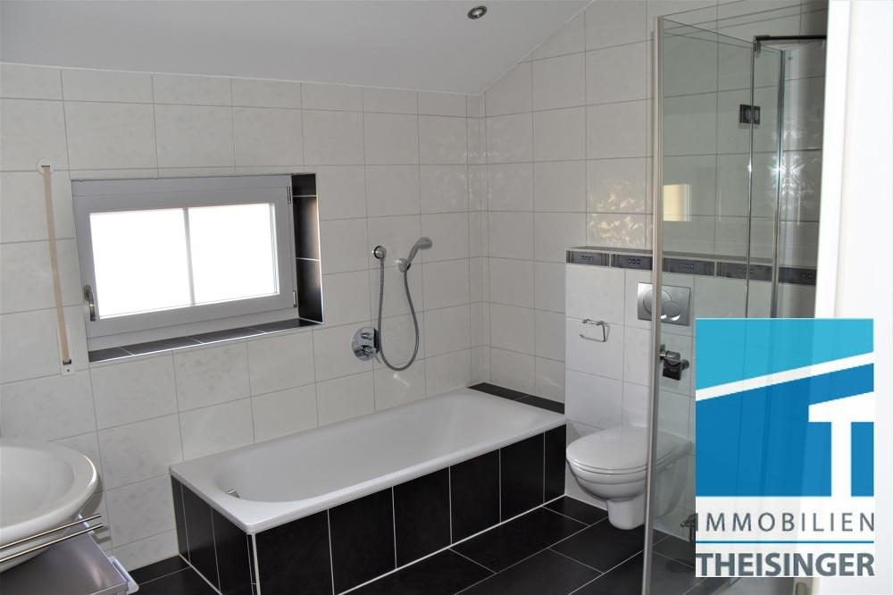 4 Badezimmer mit Wanne und Dusche