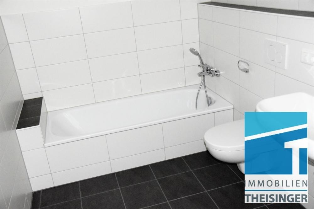 Badezimmer mit Wanne und Dusche im Souterrain