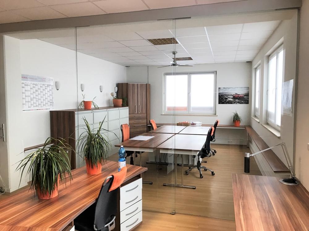 Ein Büro hinter einer Glastrennwand