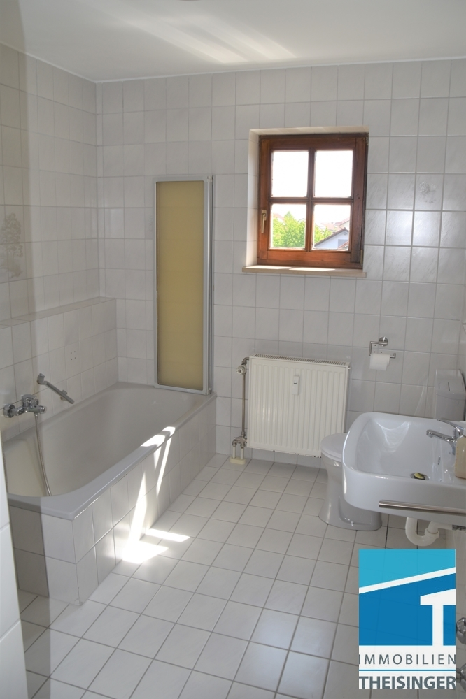 Bad mit Fenster, Wanne und Waschmaschinenanschluss