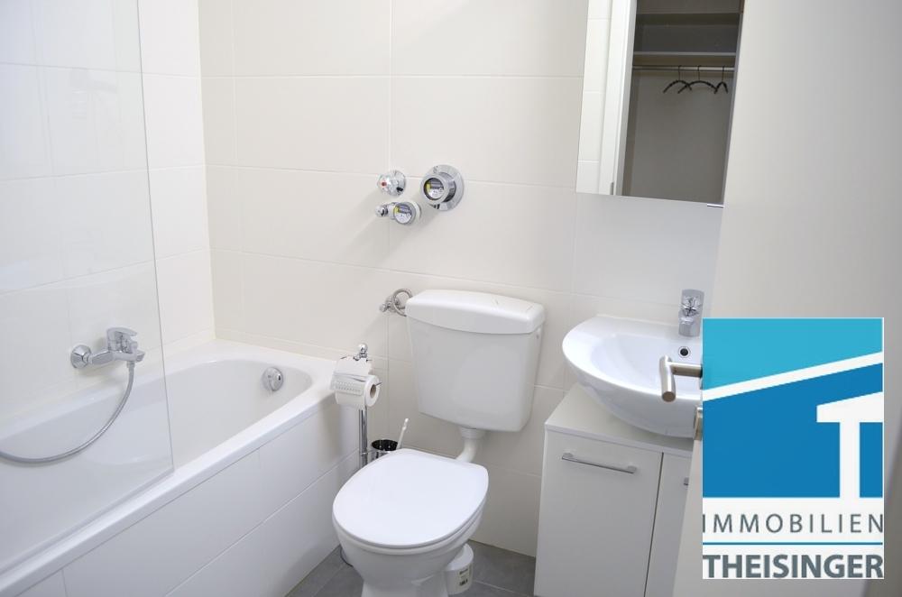Badezimmer mit Wanne, Waschmaschinenanschluß, ohne Fenster