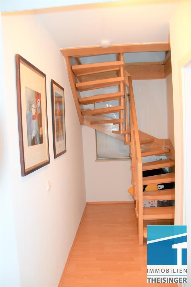 3-4 Diele im Obergeschoß mit Treppe ins Wohnzimmer im Dachgeschoß