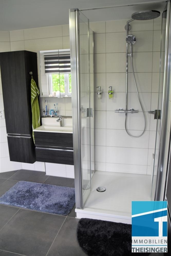 7 Badezimmer mit Dusche