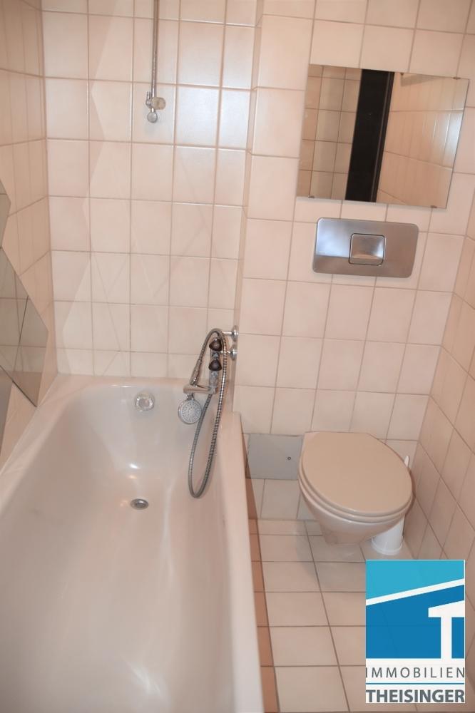 Bad mit Wanne, WC und Waschbecken