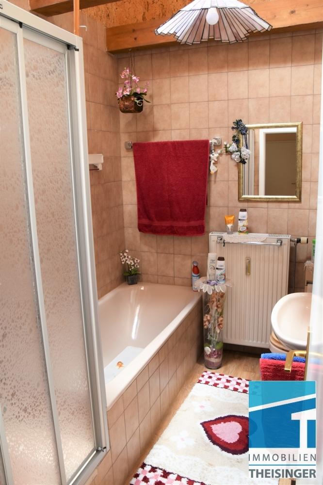 Badezimmer mit Wanne und Dusche, WC und Waschbecken