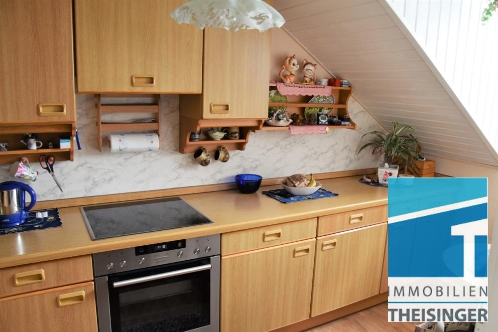 Küche mit Fenster und Einbauküche