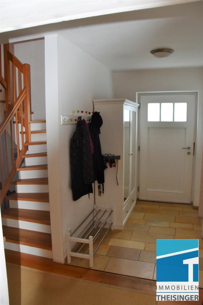 Diele im Erdgeschoß, Sicht Eingangsbereich und Treppe ins OG