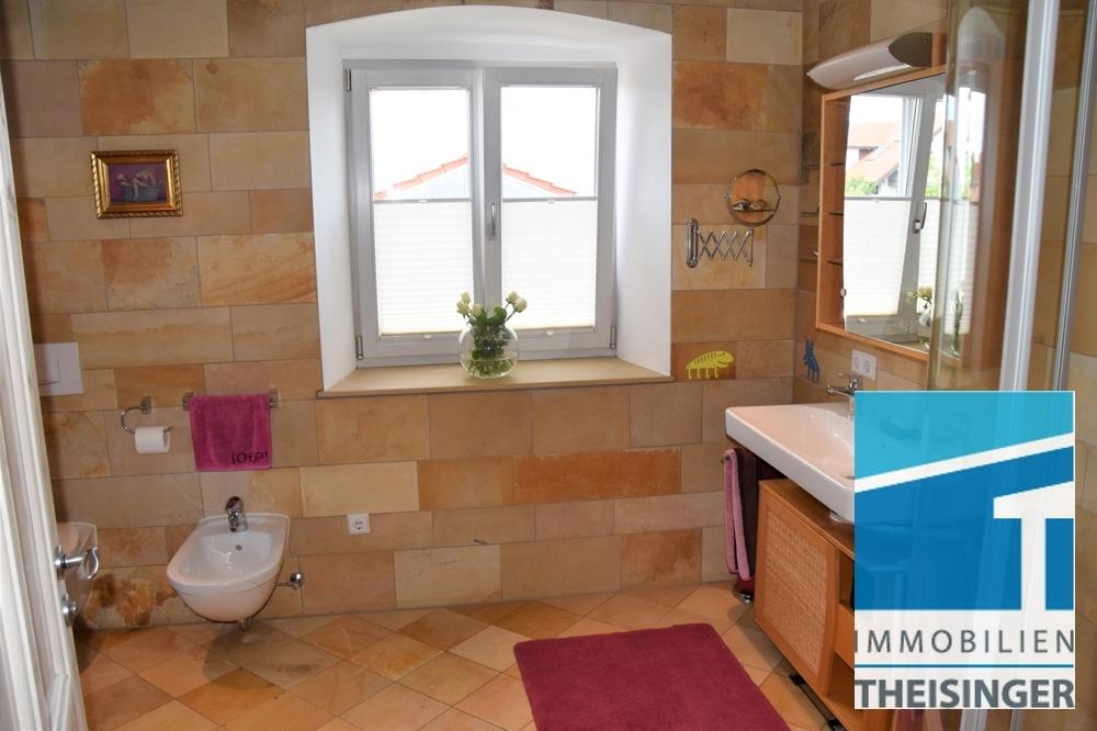 Badezimmer mit großem Fenster