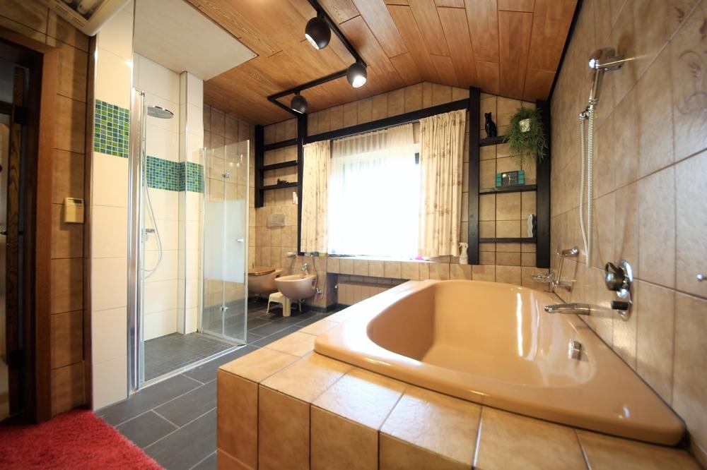 Hauptbad mit ebener Dusche