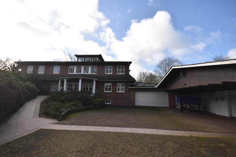 Auffahrt, Garagen und Haus