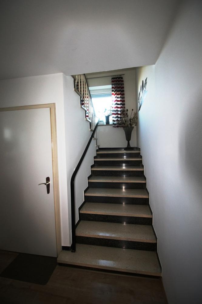 EG Treppe ins OG und Tür in Keller
