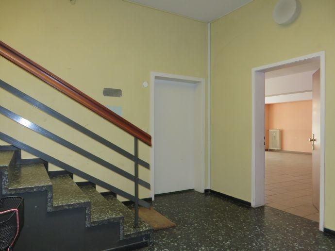 Treppenhaus mit Zugang zum Laden.