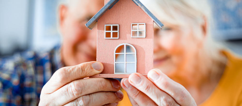 Senioren mit Haus