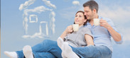 Paar mit Kaffeetassen