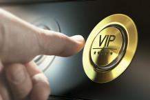 Daumen drückt VIP Knopf